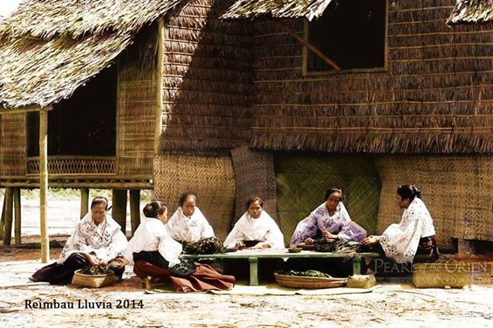 """CIGARRERAS"" [Cigarette Makers] Image Creator: J. Laurent [1816-1888] EXPOSICIÓN DE FILIPINAS, MADRID Date Published: 1887 Colorized by Reimbau Lluvia"