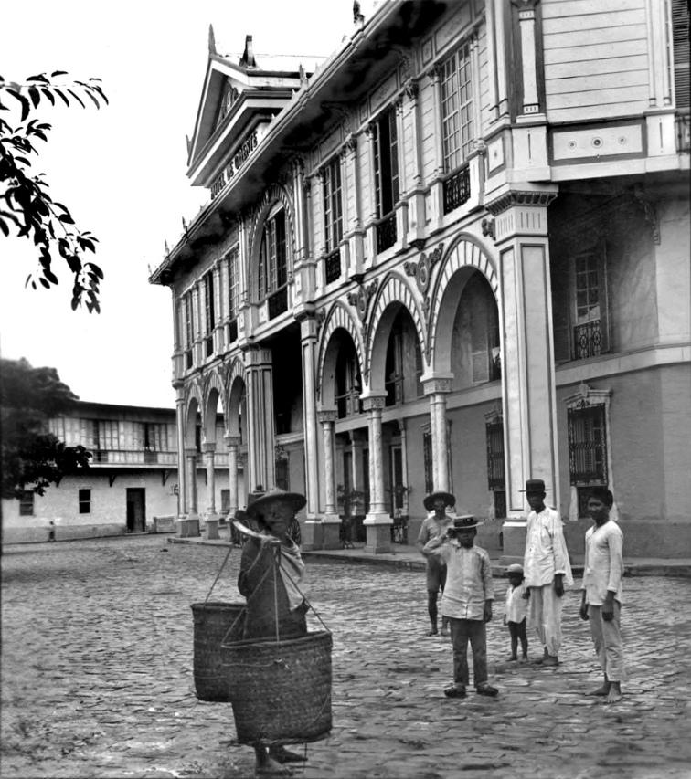 Vendor in front of Hotel de Oriente